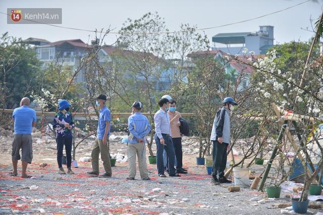 Ảnh: Hàng trăm người dân Hà Nội đổ xô đi mua hoa lê về chơi Rằm tháng Giêng - Ảnh 7.