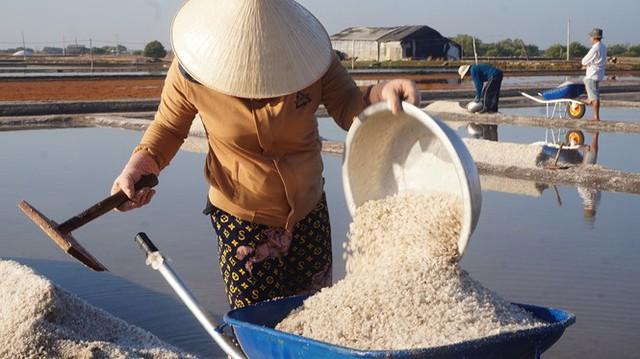 Cận cảnh nghề gieo nước biển đầu năm ở phương Nam - Ảnh 9.