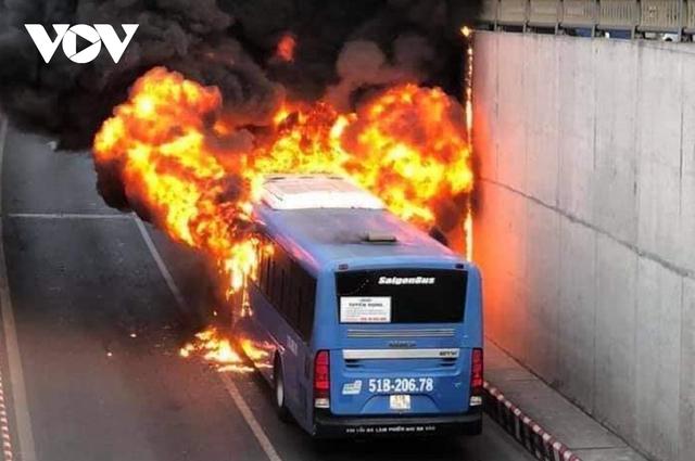 Đang lưu thông, một xe buýt bất ngờ bốc cháy trước cửa hầm chui An Sương - Ảnh 1.