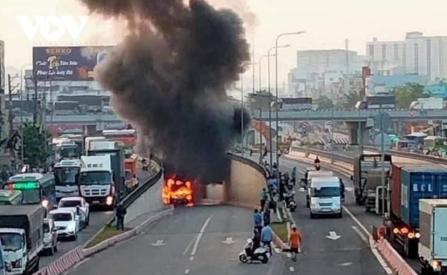 Đang lưu thông, một xe buýt bất ngờ bốc cháy trước cửa hầm chui An Sương - Ảnh 2.