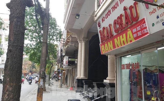 Hàng loạt khách sạn, cửa hàng Hà Nội treo biển cho thuê sau Tết - Ảnh 1.