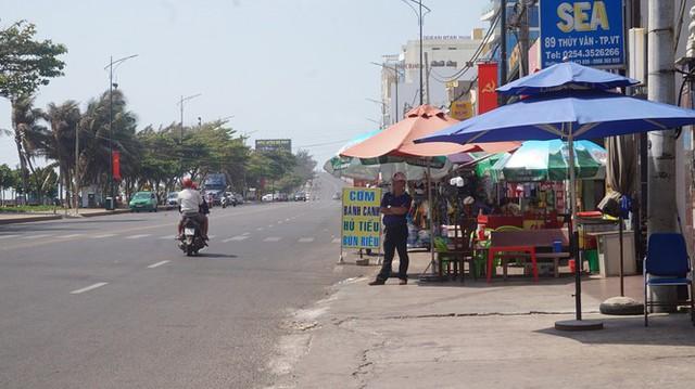 5 thuỷ thủ dương tính SARS-CoV-2: Đường phố Vũng Tàu vắng vẻ, khách tắm biển đeo khẩu trang - Ảnh 2.