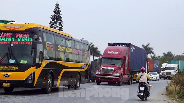 Xe tải, container nối đuôi hàng km trên cao tốc Hà Nội - Hải Phòng chờ khai báo y tế  - Ảnh 11.