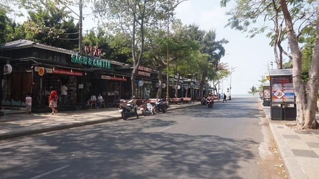 5 thuỷ thủ dương tính SARS-CoV-2: Đường phố Vũng Tàu vắng vẻ, khách tắm biển đeo khẩu trang - Ảnh 12.