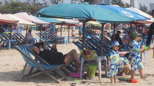 5 thuỷ thủ dương tính SARS-CoV-2: Đường phố Vũng Tàu vắng vẻ, khách tắm biển đeo khẩu trang - Ảnh 14.