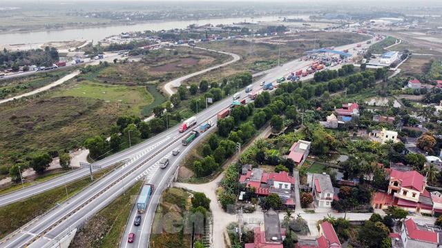 Xe tải, container nối đuôi hàng km trên cao tốc Hà Nội - Hải Phòng chờ khai báo y tế  - Ảnh 3.
