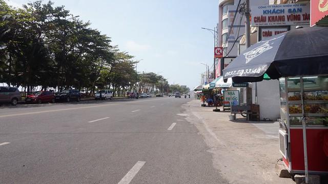 5 thuỷ thủ dương tính SARS-CoV-2: Đường phố Vũng Tàu vắng vẻ, khách tắm biển đeo khẩu trang - Ảnh 3.