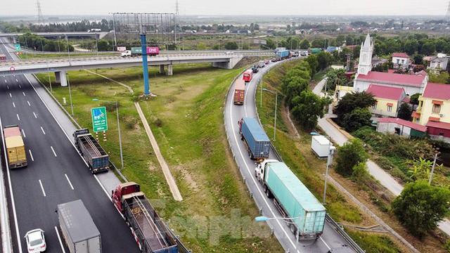 Xe tải, container nối đuôi hàng km trên cao tốc Hà Nội - Hải Phòng chờ khai báo y tế  - Ảnh 4.