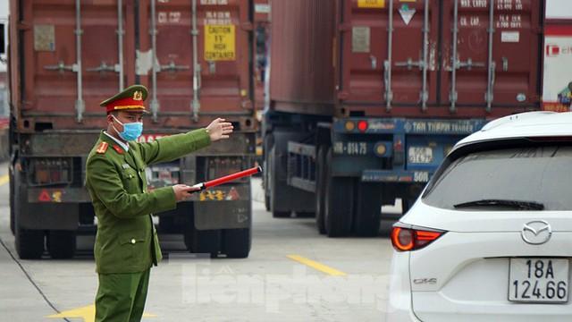 Xe tải, container nối đuôi hàng km trên cao tốc Hà Nội - Hải Phòng chờ khai báo y tế  - Ảnh 7.