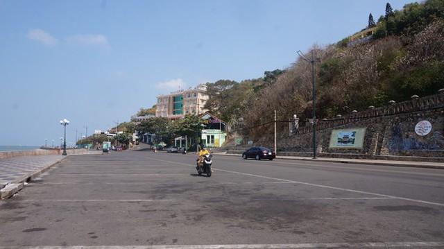 5 thuỷ thủ dương tính SARS-CoV-2: Đường phố Vũng Tàu vắng vẻ, khách tắm biển đeo khẩu trang - Ảnh 7.