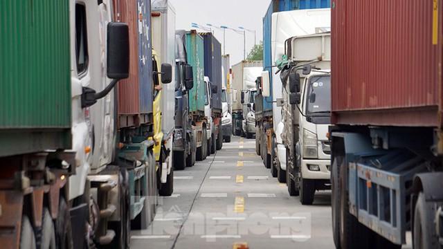 Xe tải, container nối đuôi hàng km trên cao tốc Hà Nội - Hải Phòng chờ khai báo y tế  - Ảnh 8.