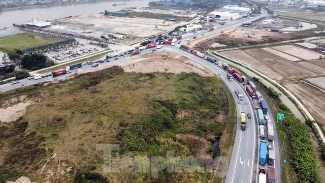 Xe tải, container nối đuôi hàng km trên cao tốc Hà Nội - Hải Phòng chờ khai báo y tế  - Ảnh 9.