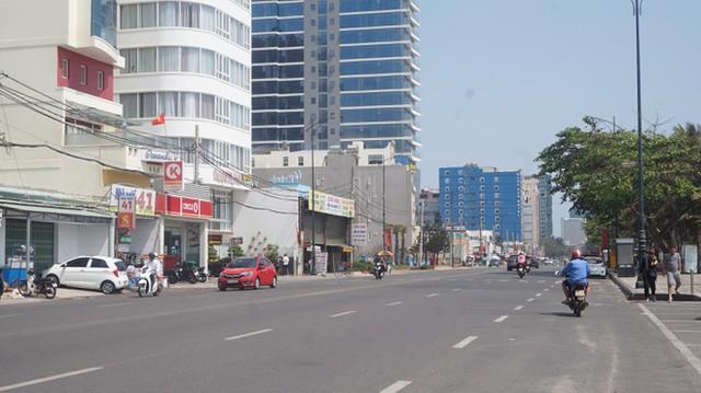 5 thuỷ thủ dương tính SARS-CoV-2: Đường phố Vũng Tàu vắng vẻ, khách tắm biển đeo khẩu trang - Ảnh 9.
