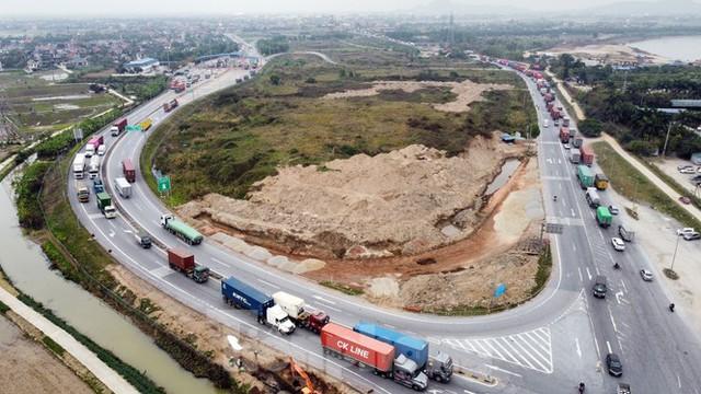 Xe tải, container nối đuôi hàng km trên cao tốc Hà Nội - Hải Phòng chờ khai báo y tế  - Ảnh 10.