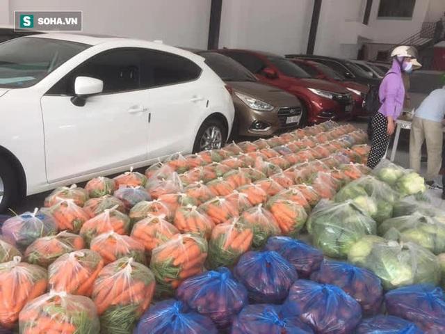 Bỏ xó cả chục ô tô bạc tỷ, ông chủ showroom đi bán ngô và trứng gà, giải cứu nông sản Hải Dương - Ảnh 1.