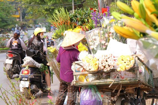 Hoa tươi sau Tết ở Hà Nội rớt giá thê thảm chưa từng thấy - Ảnh 1.
