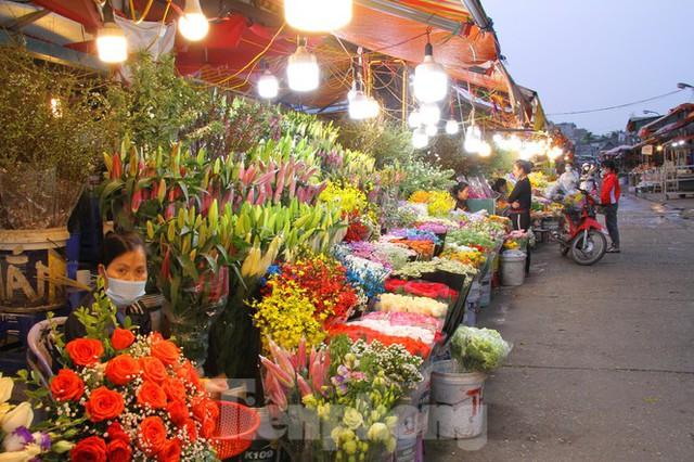 Hoa tươi sau Tết ở Hà Nội rớt giá thê thảm chưa từng thấy - Ảnh 2.