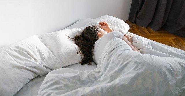 Ngủ kiểu này còn nguy hiểm gấp nhiều lần khi thiếu ngủ: Sức khoẻ suy giảm thấy rõ, hệ luỵ sau này càng đáng ngại! - Ảnh 1.