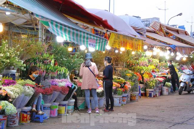 Hoa tươi sau Tết ở Hà Nội rớt giá thê thảm chưa từng thấy - Ảnh 4.