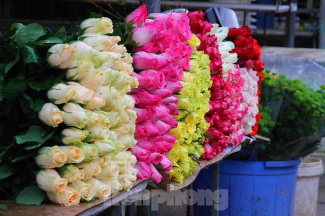 Hoa tươi sau Tết ở Hà Nội rớt giá thê thảm chưa từng thấy - Ảnh 5.