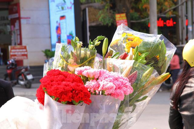 Hoa tươi sau Tết ở Hà Nội rớt giá thê thảm chưa từng thấy - Ảnh 7.