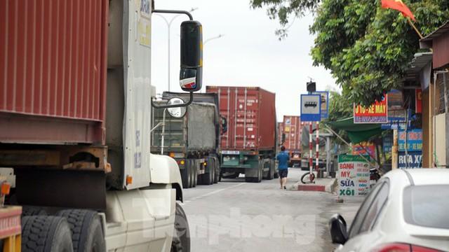 Hàng nghìn xe tải nườm nượp qua chốt COVID-19 trên QL5 ra cảng Hải Phòng - Ảnh 7.