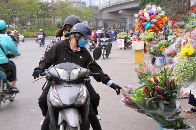 Hoa tươi sau Tết ở Hà Nội rớt giá thê thảm chưa từng thấy - Ảnh 8.