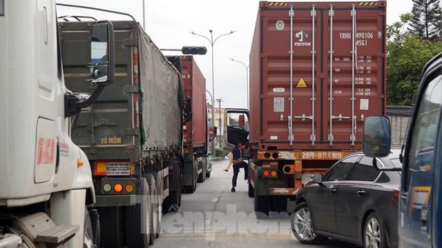 Hàng nghìn xe tải nườm nượp qua chốt COVID-19 trên QL5 ra cảng Hải Phòng - Ảnh 8.