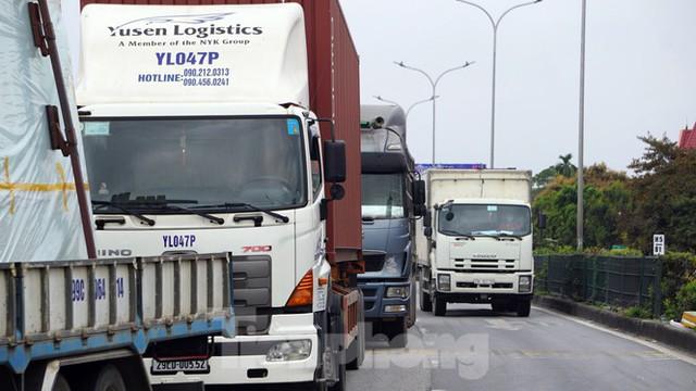 Hàng nghìn xe tải nườm nượp qua chốt COVID-19 trên QL5 ra cảng Hải Phòng - Ảnh 9.