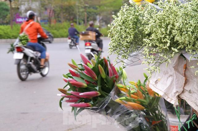 Hoa tươi sau Tết ở Hà Nội rớt giá thê thảm chưa từng thấy - Ảnh 10.