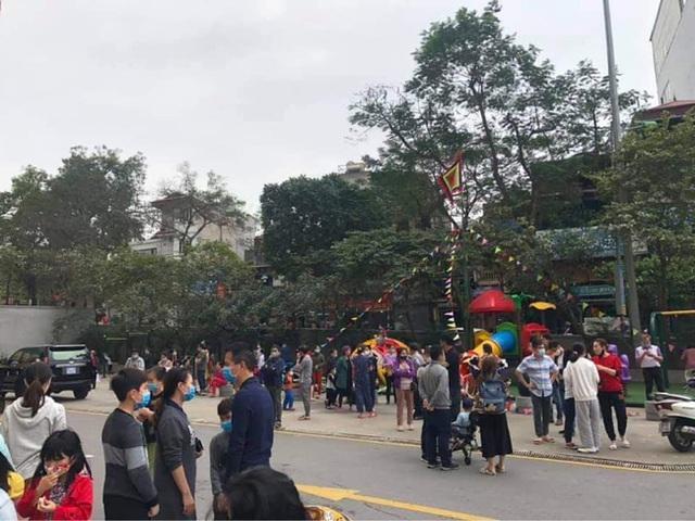 Hà Nội: Cháy ở chung cư Mipec Long Biên, người già, trẻ nhỏ chạy bộ từ tầng 9 xuống đường - Ảnh 1.