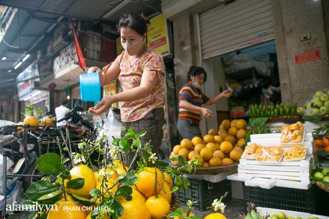 Hàng bưởi Diễn da vàng óng có từng búi hoa tươi trở thành món hàng siêu độc trên chợ nhà giàu Hà Nội, tận 100k/quả, bà chủ thu cả chục triệu mỗi ngày!  - Ảnh 1.