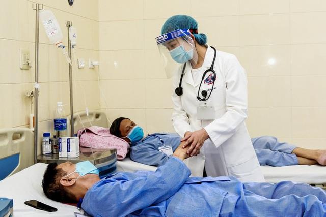 Bệnh nhân ung thư có được tiêm vắc xin Covid-19 không: Chuyên gia BV K giải đáp băn khoăn của hàng nghìn người bệnh - Ảnh 2.