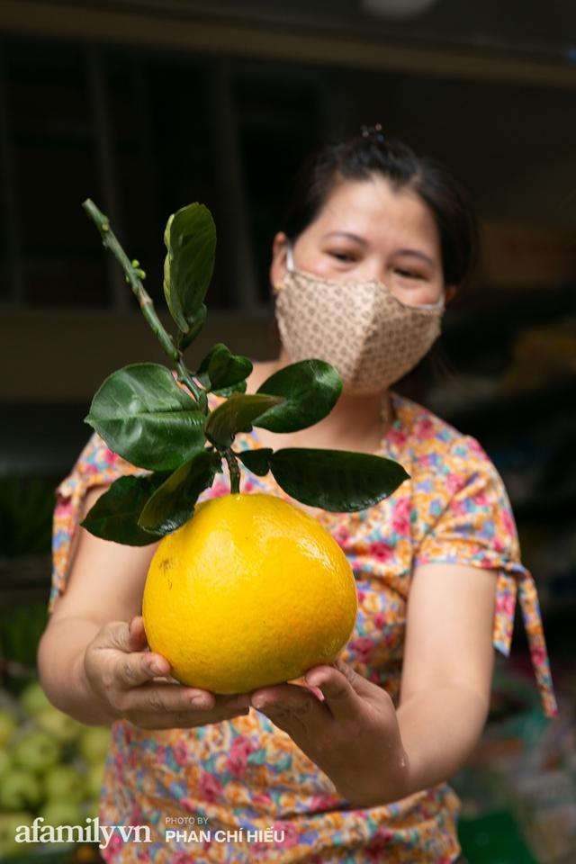 Hàng bưởi Diễn da vàng óng có từng búi hoa tươi trở thành món hàng siêu độc trên chợ nhà giàu Hà Nội, tận 100k/quả, bà chủ thu cả chục triệu mỗi ngày!  - Ảnh 12.