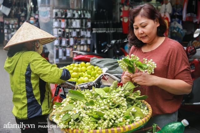 Hàng bưởi Diễn da vàng óng có từng búi hoa tươi trở thành món hàng siêu độc trên chợ nhà giàu Hà Nội, tận 100k/quả, bà chủ thu cả chục triệu mỗi ngày!  - Ảnh 15.