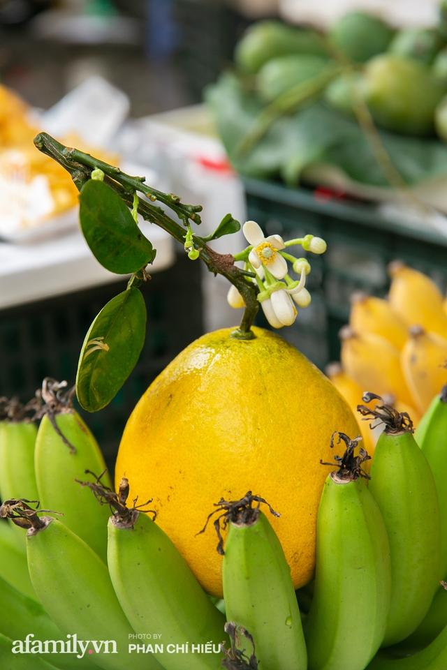 Hàng bưởi Diễn da vàng óng có từng búi hoa tươi trở thành món hàng siêu độc trên chợ nhà giàu Hà Nội, tận 100k/quả, bà chủ thu cả chục triệu mỗi ngày!  - Ảnh 6.