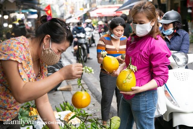 Hàng bưởi Diễn da vàng óng có từng búi hoa tươi trở thành món hàng siêu độc trên chợ nhà giàu Hà Nội, tận 100k/quả, bà chủ thu cả chục triệu mỗi ngày!  - Ảnh 7.