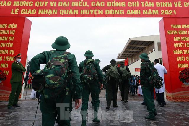 Bí thư Vương Đình Huệ tặng hoa, tiễn tân binh lên đường nhập ngũ - Ảnh 1.