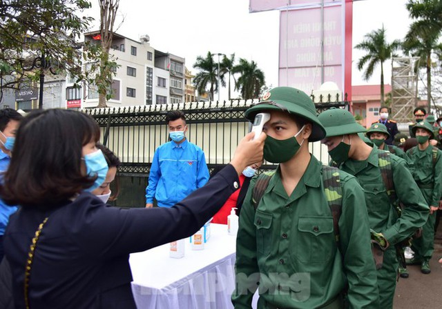 Bí thư Vương Đình Huệ tặng hoa, tiễn tân binh lên đường nhập ngũ - Ảnh 2.