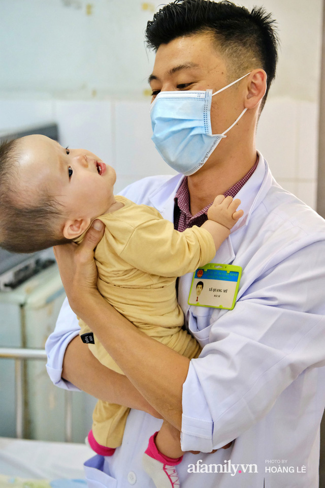 """""""Bác sĩ bé đầu bự: Những ca mổ sinh tử và hành trình 6 năm tìm hi vọng cho trẻ bị não úng thủy - Ảnh 1."""