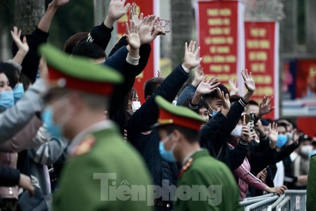 Bí thư Vương Đình Huệ tặng hoa, tiễn tân binh lên đường nhập ngũ - Ảnh 11.