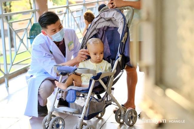 """""""Bác sĩ bé đầu bự: Những ca mổ sinh tử và hành trình 6 năm tìm hi vọng cho trẻ bị não úng thủy - Ảnh 13."""