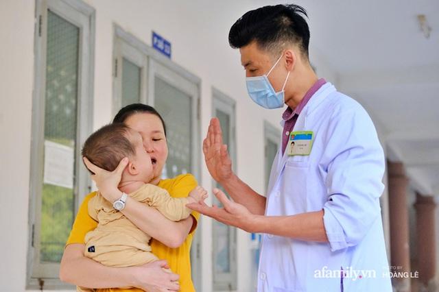 """""""Bác sĩ bé đầu bự: Những ca mổ sinh tử và hành trình 6 năm tìm hi vọng cho trẻ bị não úng thủy - Ảnh 14."""