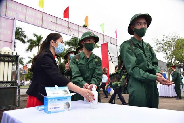 Bí thư Vương Đình Huệ tặng hoa, tiễn tân binh lên đường nhập ngũ - Ảnh 3.