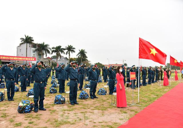 Bí thư Vương Đình Huệ tặng hoa, tiễn tân binh lên đường nhập ngũ - Ảnh 4.