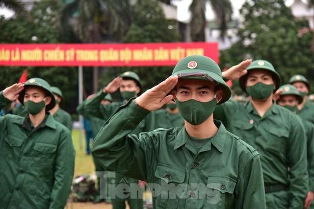 Bí thư Vương Đình Huệ tặng hoa, tiễn tân binh lên đường nhập ngũ - Ảnh 5.