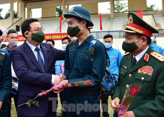 Bí thư Vương Đình Huệ tặng hoa, tiễn tân binh lên đường nhập ngũ - Ảnh 6.