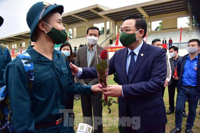 Bí thư Vương Đình Huệ tặng hoa, tiễn tân binh lên đường nhập ngũ - Ảnh 7.