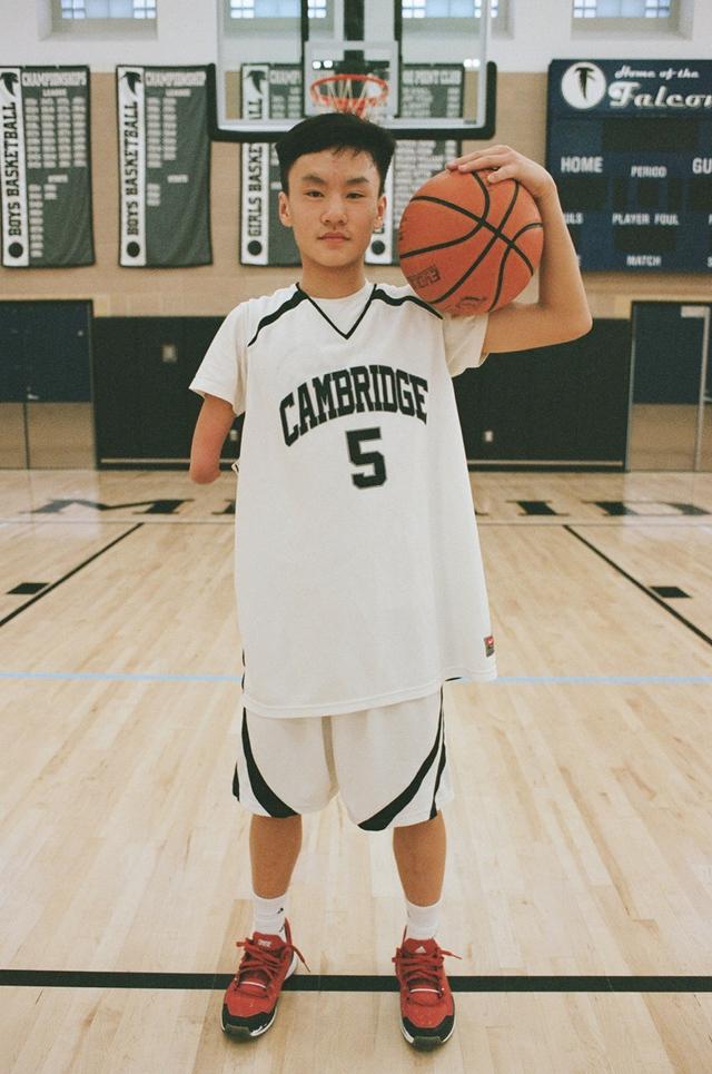 Câu chuyện về Hansel Emmanuel: Cậu bé một tay chinh phục bóng rổ lẫn trái tim người yêu thể thao thế giới - Ảnh 10.