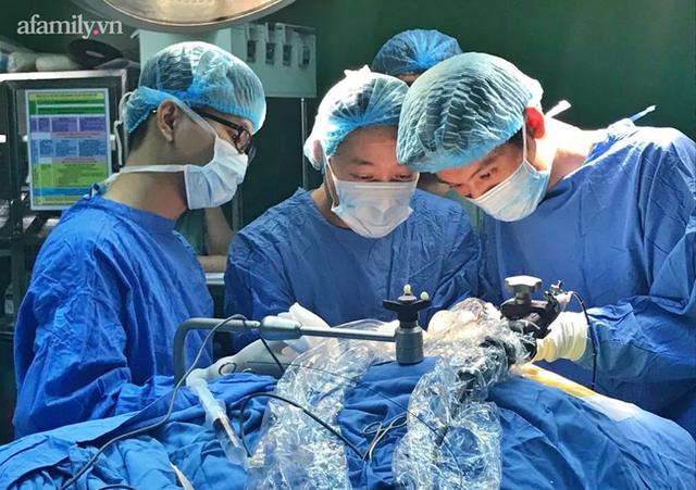 """""""Bác sĩ bé đầu bự: Những ca mổ sinh tử và hành trình 6 năm tìm hi vọng cho trẻ bị não úng thủy - Ảnh 7."""